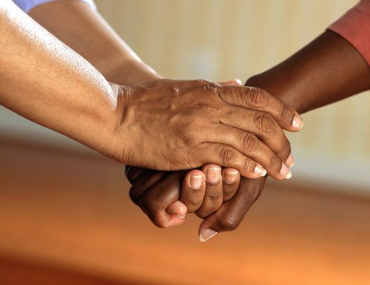 clasped-hands-541849_1280-520x400