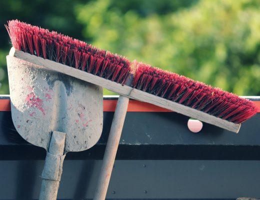 broom-5932047_1280-520x400